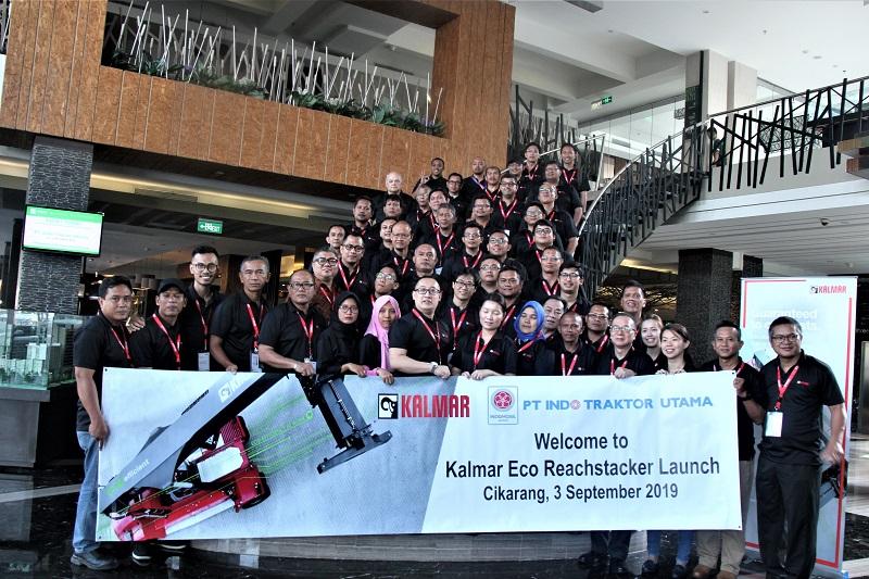 Para customer berfoto bersama  perwakilan dari Kalmar South & Sount East Asia dan tim manajemen dari PT. Indo Traktor Utama selaku distributor Kalmar di Indonesia saat peluncuran Eco Reachstacker di Cikarang