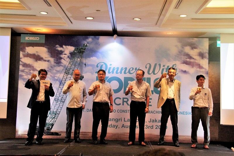 Tim manajemen PT Daya Kobelco CMI berfoto bersama di sela-sela acara.