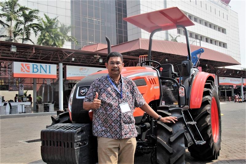 Rendra Nasution, Sales Division Head PT Satrindo Mitra Utama, berdiri membelakangi traktor merek Kioti dari Korea )Dok. EI)