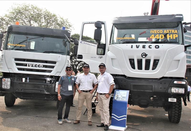 Rudhi Wibawa Rusadi selaku Commercial Division Head PT. Chakra Jawara (tengah) didampingi tim sales bersama dua unit truk Iveco pada acara Mining Indonesia 2019 di Jakarta International Expo Kemayoran, Rabu (18/9)
