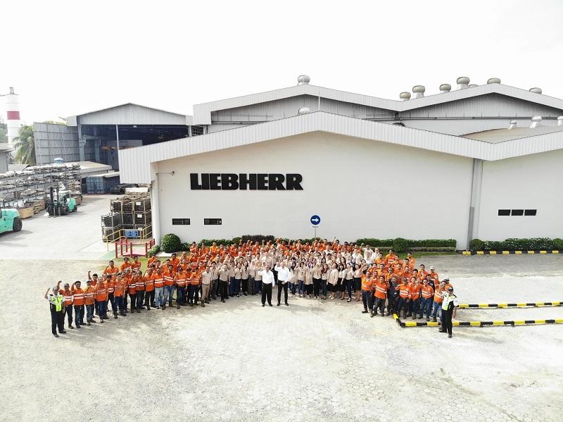 Christian Bombenger, Director PT Liebherr Indonesia Perkasa, berfoto bersama seluruh karyawan di kantor pusat perusahaan di Balikpapan, Kalimantan Timur (Dok. LIP)