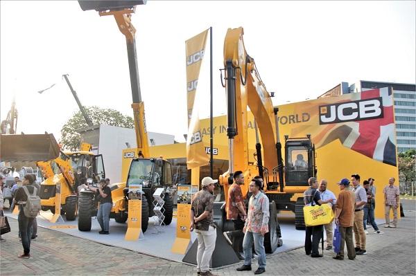 Booth JCB di ajang Mining Indonesia 2019 dihuni tiga model alat: Tracked excavator JCB JS305 (30 ton), Loadall JCB 54170 yang diklaim sebagai telescopic handler paling laris di Asia serta backhoe loader JCB 3CX ECO.