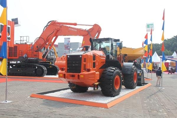 Excavator tambang Hitachi EX1200-7 di booth PT. Hexindo Adiperkasa Tbk.