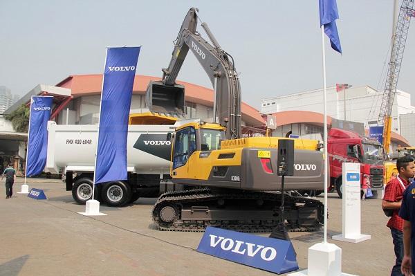 Excavator EC300D disandingkan dengan FMX400