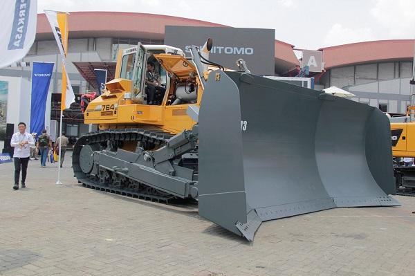 Multicrane Perkasa menghadirkan Liebherr Bulldozer PR 764 dengan coal blade 36,7 m3.