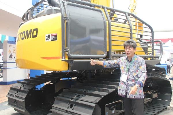 Kazuhiko Sasaki, President Director PT. Sumitomo S.H.I Construction Machinery Southeast Asia bersama excavator SH 130LF-6, yang dikenal dengan sebutan MACAN.