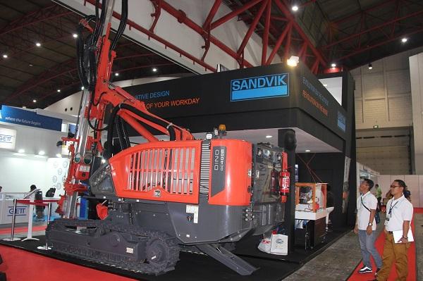 Mesin bor Sandvik Dino yang dapat beroperasi secara otonom dengan menggunakan remote control.