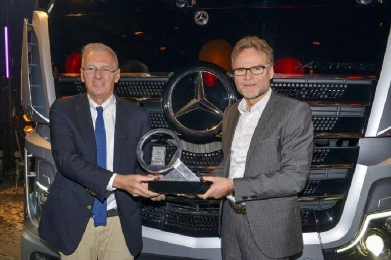 Professor Dr. Uwe Baake (kanan), Head of Development di Mercedes-Benz Trucks, menerima penghargaan selama hari pers pameran kendaraan komersial  untuk pengangkutan jalan rata dan perkotaan di dari Presiden International Jury, Gianenrico Griffini.
