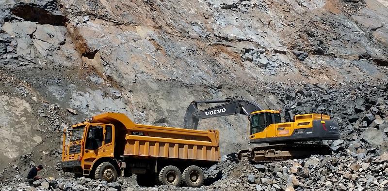 LGMT berpasangan dengan excavator Volvo melakukan pemuatan material tambang (Dok. LGMG)