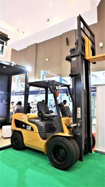 Trakindo mendisplay forklift Cat kelas 3,5 ton dengan kemampuan angkat hingga 6 meter.