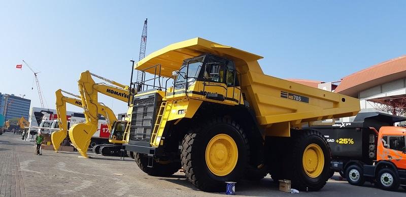 Alat berat Komatsu yang terdiri dari heavy duty dump truck dan mesin-mesin penggali (excavator) untuk usaha pertambangan (Dok. EI)