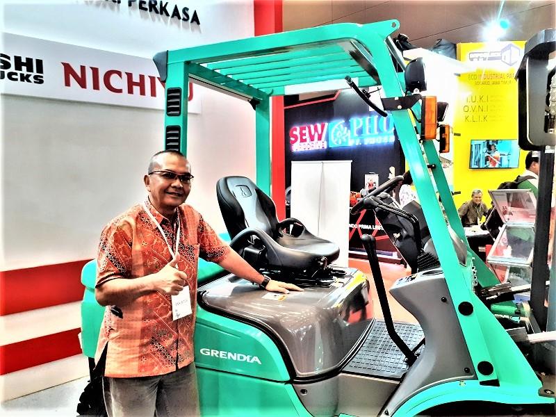 Mawardi Hasbi, Sales Section Head PT Berca Mandiri Perkasa, bersama forklift bertenaga listrik merek Nichiyu (Dok. EI)