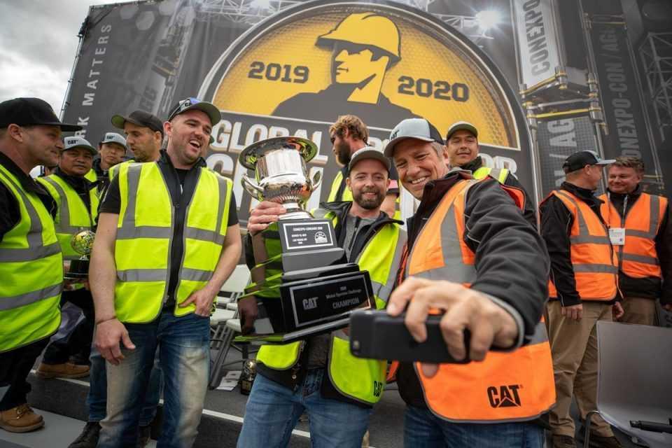 Jaus Neigum melakukan selfie dengan Mike Rowe setelah memenangkan Global Operator Challenge Finals yang digelar di sela-sela pameran CONEXPO 2020 di Las Vegas (Dok. cat.com)
