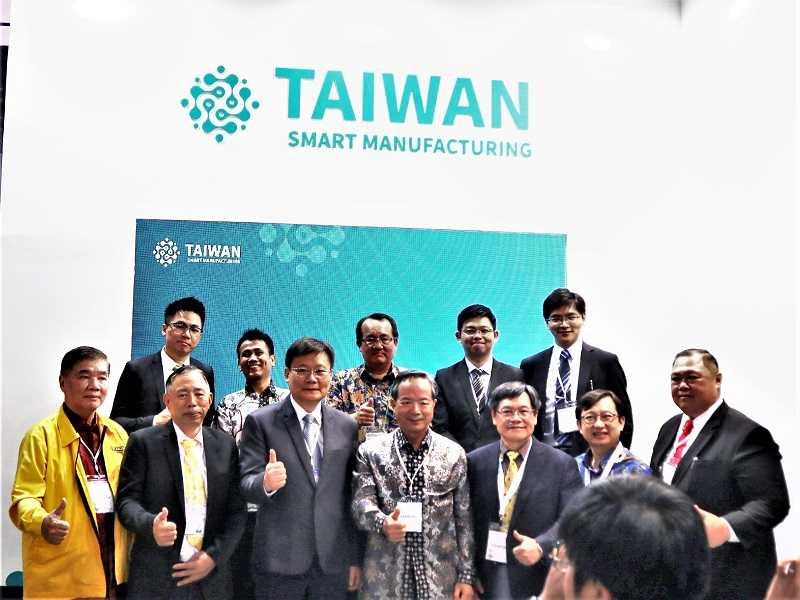 John C. Chen, Duta Besar Taiwan dan Krist Y.B Yen, Deputy Executive Director dari Taiwan External Trade Development Council (TAITRA) berfoto bersama beberapa eksibitor asal Taiwan seusai jumpa pers di Jakarta, Rabu (4/12)