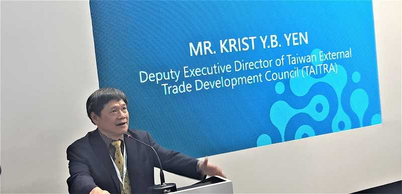 Krist Y.B Yen, Deputy Executive Director dari Taiwan External Trade Development Council (TAITRA) mempresentasikan perkembangan industri peralatan mesin Taiwan saat jumpa pers.