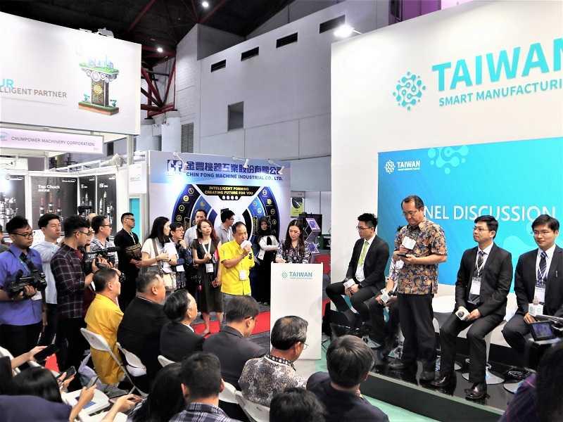 Presentasi produk dan diskusi panel (Kredit foto-foto: EI)