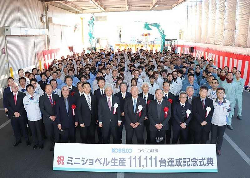 Manajemen Kobelco Construction Machinery berfoto bersama para tamu dan karyawan pada perayaan produksi mini excavator ke 111.111 di pabrik Ogaki Jepang (Dok. KCM)