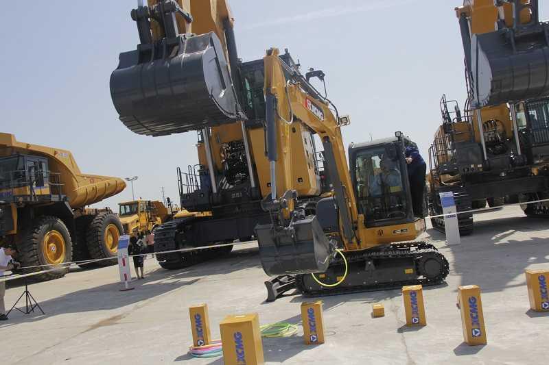 Mini excavator XCMG berada di antara unit-unit excavator besar.
