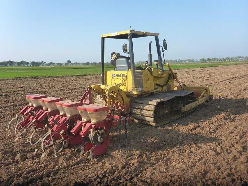 Bulldozer D21 dengan attachment paddy field dan seeding rice