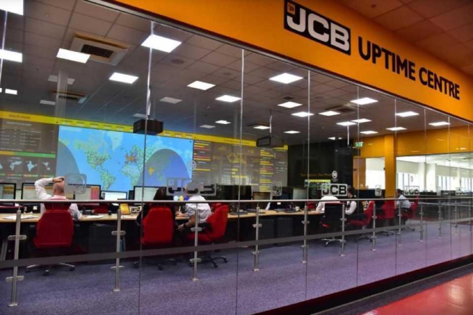JCB Uptime Center memonitor unit-unit milik para pelanggan di berbagai lokasi kerja dengan memanfaatkan teknologi LiveLink (Foto: JCB)