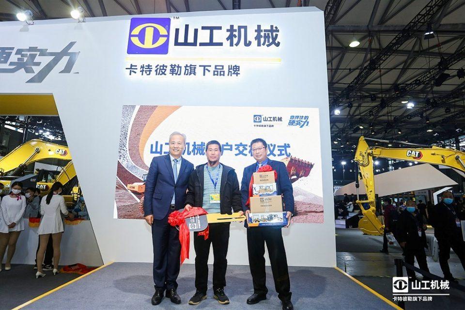 Seremoni penyerahkan kunci kepada pelanggan di Bauma China 2020 (Foto: SEM)