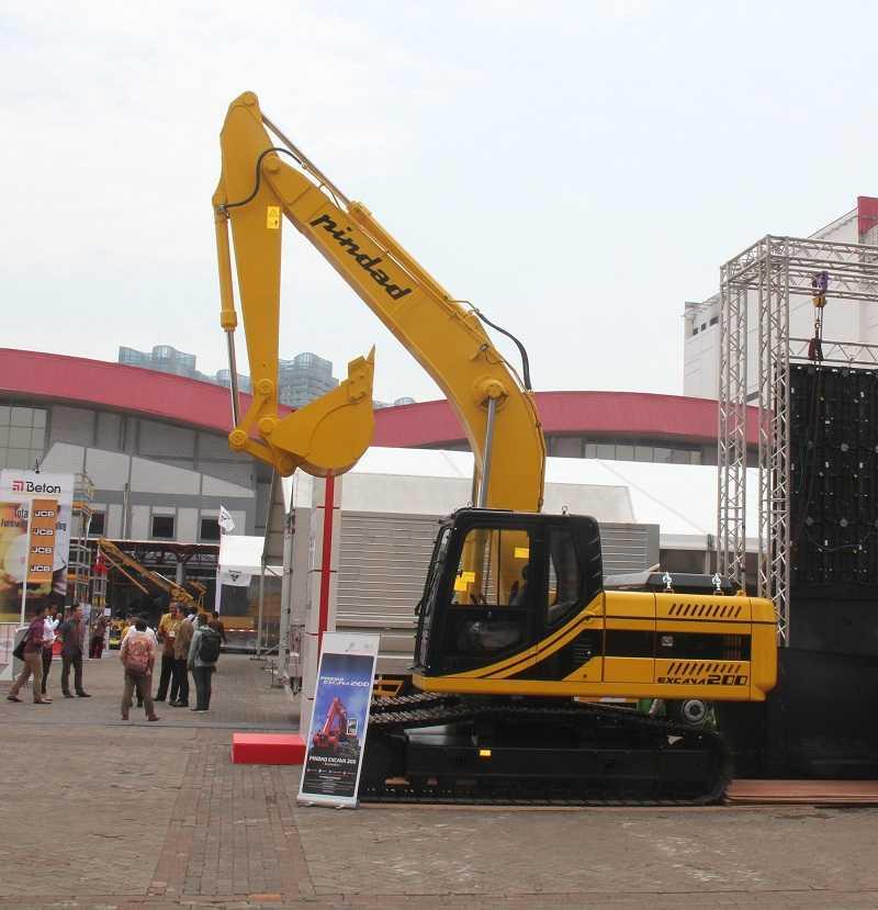Dua tipe prototipe excavator Pindad yang ditampilkan pada salah satu pameran di Jakarta beberapa waktu lampau. (Kredit Foto: EI)