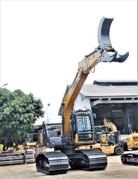 Excavator XE135F untuk aplikasi sektor perkebunan dan kehutanan yang dirancang khusus dengan fitur keamanan tambahan dan grapple attachment (capit).