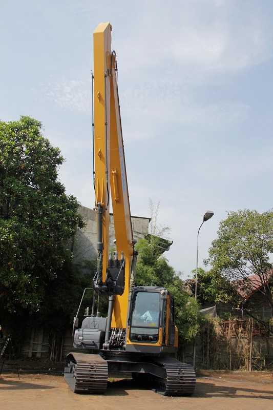 Excavator XE215CLL dengan long arm boom (lengan boom yang lebih panjang yang digunakan untuk pekerjaan yang membutuhkan daya jangkau ekskavasi yang lebih jauh.