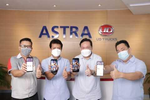Tim manajemen Astra UD Trucks gadget yang memperliatkan tampilan produk-produk UD Trucks pada platform Shopee (Foto: Astra UD Trucks)