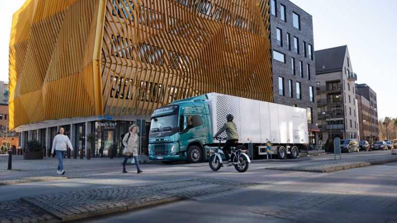 Suara-suara truk-truk listrik Volvo Group didesain supaya tidak tembus tembok, sehingga tetap nyaman saat melakukan pengiriman pada malam hari yang tenang dan berkontribusi terhadap kondisi kerja yang lebih baik. Foto: Volvo Trucks