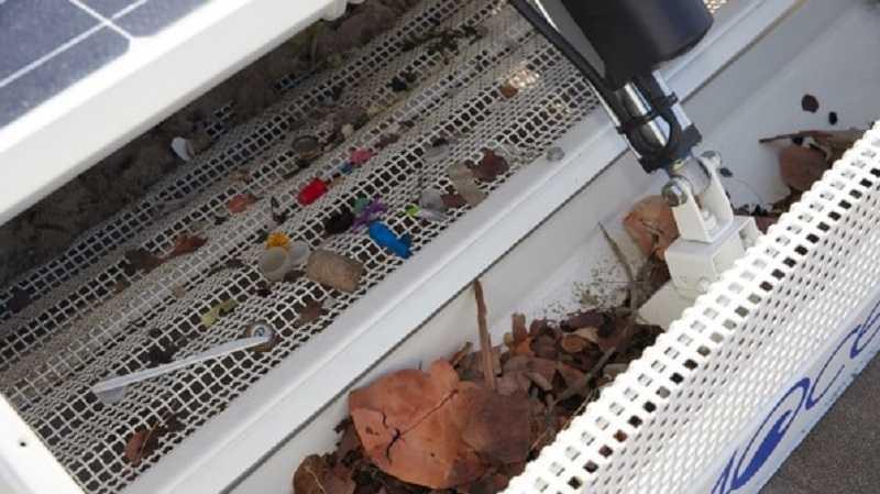 Robot BeBot memilah pasir dari sampah-sampah plastik dan serpihan kotoran lainnya di pantai.